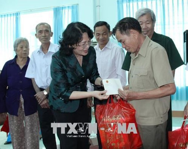 Vice President presents gifts to policy beneficiaries in Binh Phuoc hinh anh 1