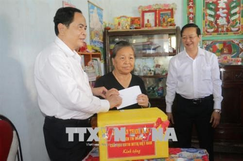 Front leader gives Tet gifts to poor households hinh anh 1