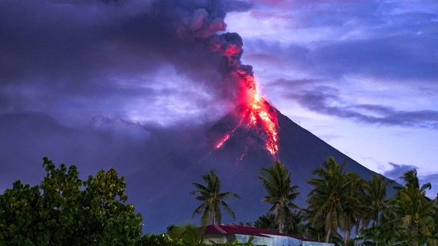 Philippines: Over 60,000 people evacuate due to Mayon volcano's eruption hinh anh 1