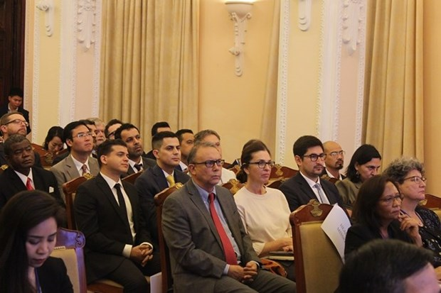 Foreign diplomats, representatives learn about Vietnam hinh anh 1