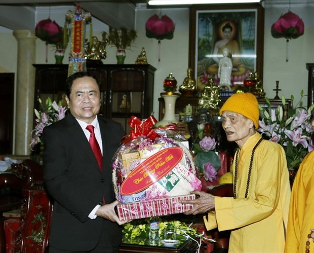 Leaders pay Tet visits to poor people, Buddhist patriarch hinh anh 1