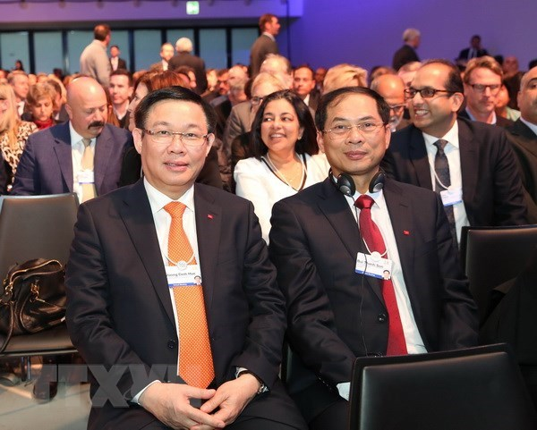 Deputy PM Vuong Dinh Hue concludes activities in WEF Meeting hinh anh 1