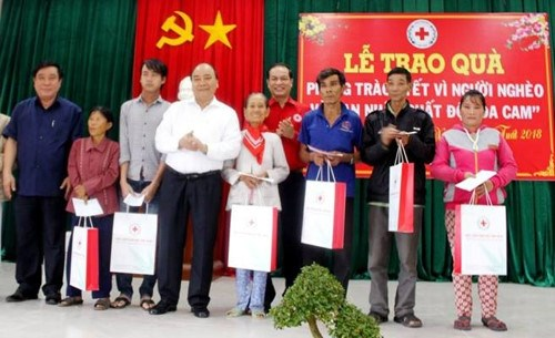 Scholarships, gifts given to people in need ahead of Tet hinh anh 1