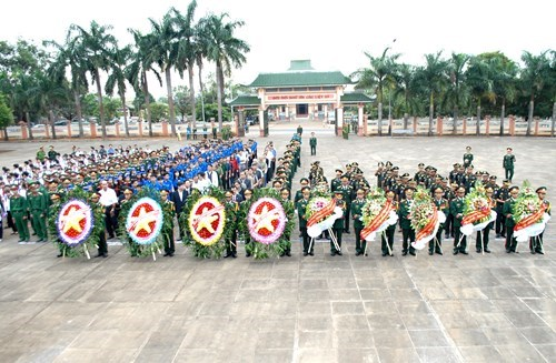 Cambodia's royal army offer incense to fallen Vietnamese volunteers hinh anh 1