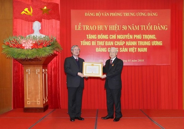 Party chief receives 50-year Party membership badge hinh anh 1