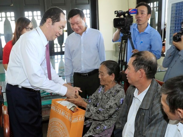 President gives Tet gifts to workers in Binh Duong hinh anh 1