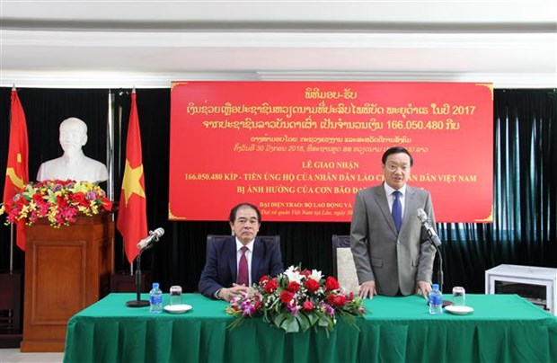 Laos provides financial relief for typhoon-hit people in Vietnam hinh anh 1