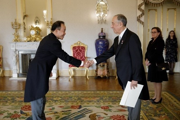 Ambassador presents credentials to Portuguese President hinh anh 1