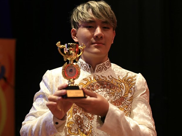 Vietnamese singer awarded golden trophy in Malaysia hinh anh 1