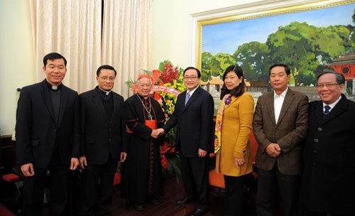 Hanoi Archdiocese leader extends Tet greetings to city Party Committee hinh anh 1