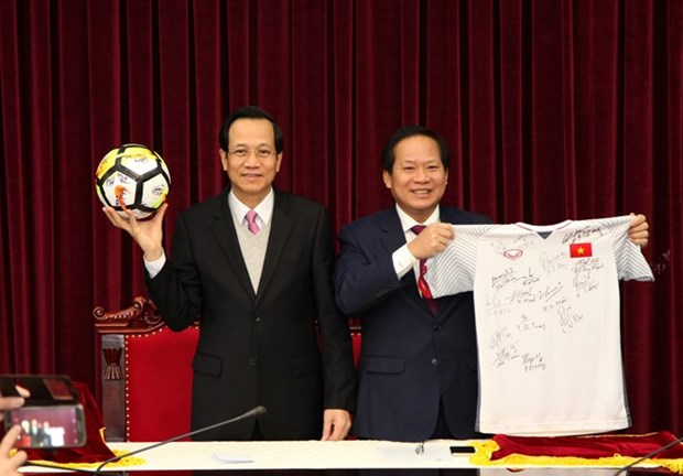 PM presents U23 team's ball, shirt for auction to raise funds for the poor hinh anh 1