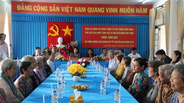 Vice President brings New Year gifts to needy residents hinh anh 1