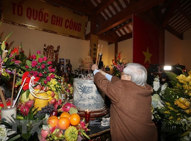 Party chief offers incense to late CPV leader Nguyen Duc Canh hinh anh 1