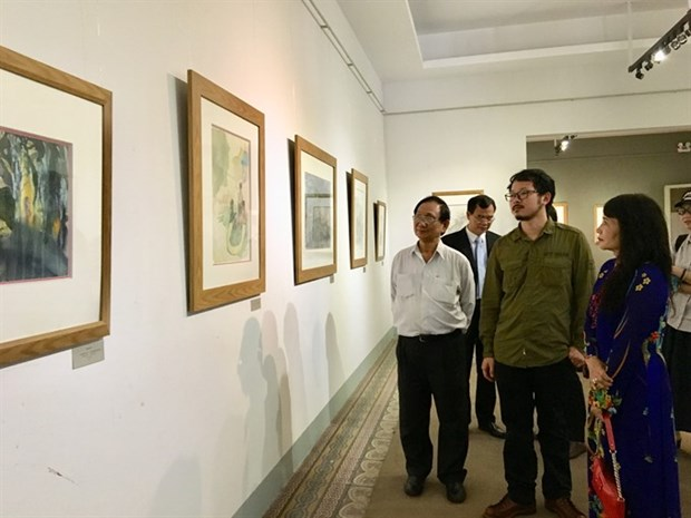 Chinese artist exhibits landscape paintings in HCM City hinh anh 1