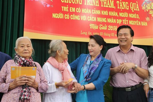 NA Chairwoman presents Tet gifts to poor families in Long An hinh anh 1