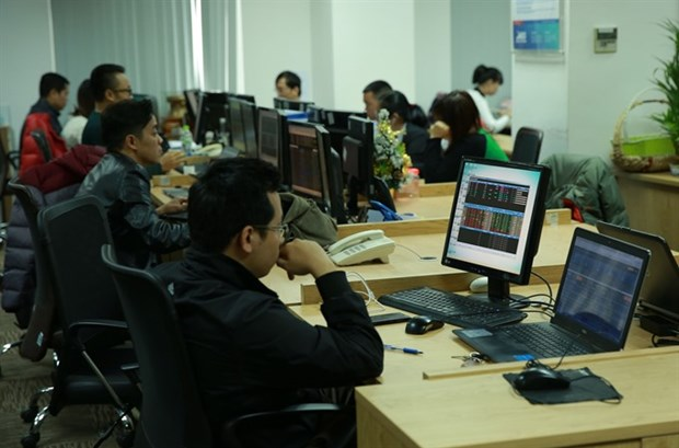 Shares bounce back on blue chip gains hinh anh 1