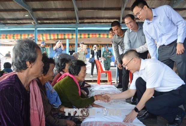 PM's gifts granted to needy Vietnamese, Cambodian families hinh anh 1