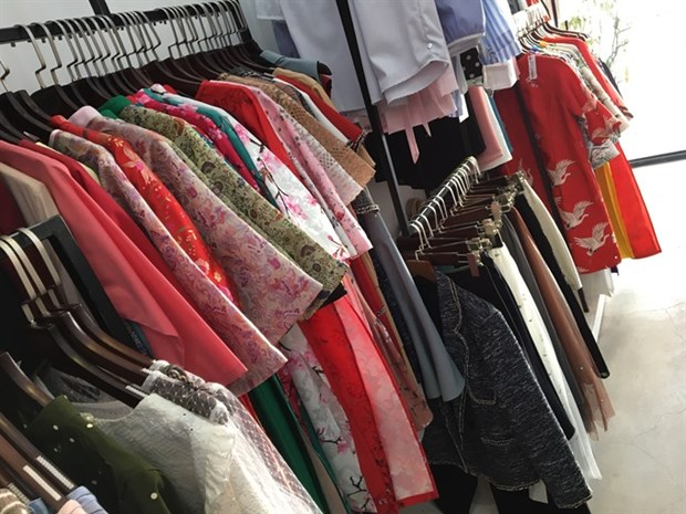 Young people shop for affordable, ready-to-wear ao dai for Tet hinh anh 1