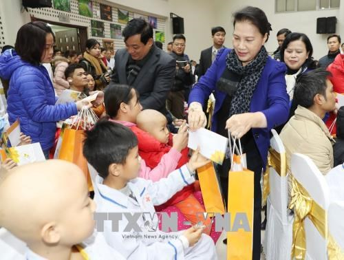 NA, VFF leaders present Tet gifts to needy people hinh anh 1