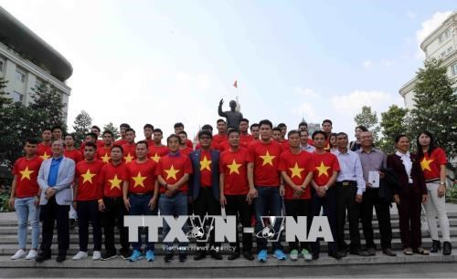 Tens of thousands of fans join exchange with Vietnam's U23 team hinh anh 1