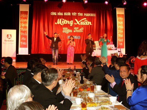 Overseas Vietnamese celebrate Lunar New Year hinh anh 1