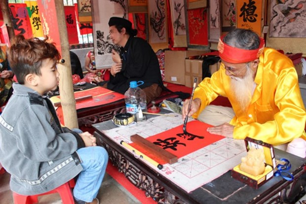 Tet event features folk art, calligraphy hinh anh 1