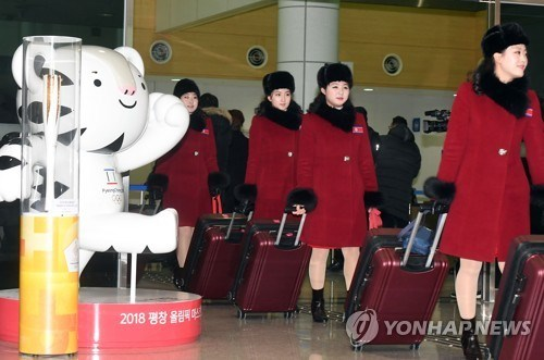 DPRK cheer team arrives in RoK for Winter Olympics hinh anh 1