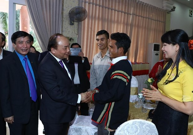 PM gives Tet gifts to needy workers, ethnic people in Dak Lak hinh anh 1