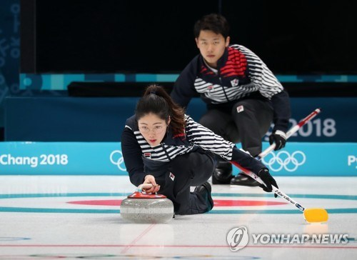 Curling, ski jumping kick off Winter Olympics 2018 hinh anh 1