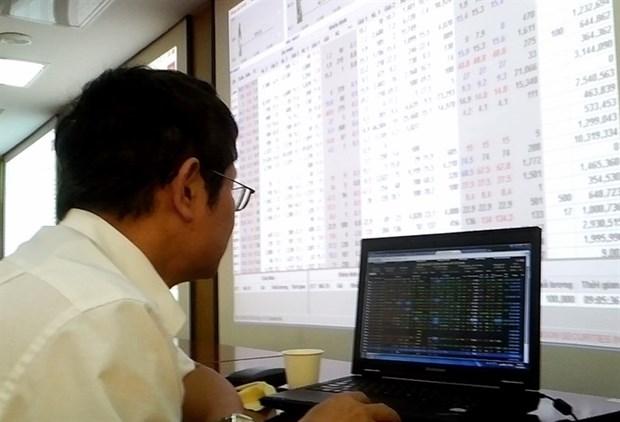 Shares rebound as investors bargain-hunt hinh anh 1