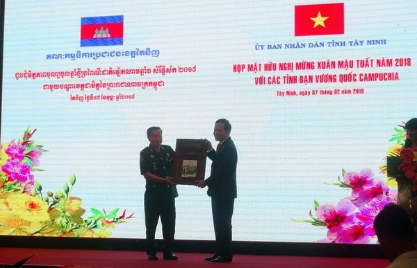 Tay Ninh strengthens friendship with Cambodian localities hinh anh 1