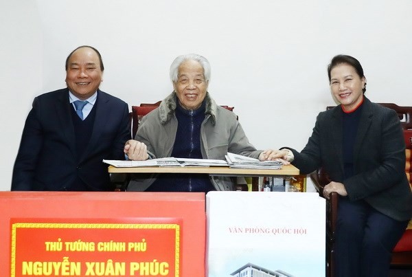 Government, NA leaders pay Tet visit to former Party General Secretary hinh anh 1