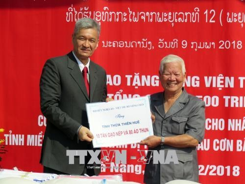 Lao association presents gifts to flood-hit central localities hinh anh 1