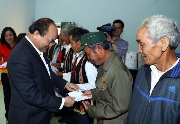 PM presents Tet gifts to poor ethnic households in Dak Nong hinh anh 1