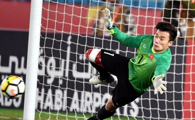 U23 Vietnam goalie brings gloves to auction hinh anh 1