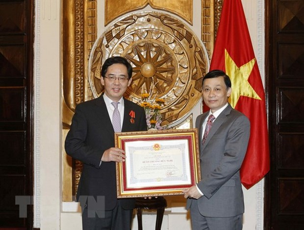 Vietnam's Friendship Order presented to Chinese Ambassador hinh anh 1