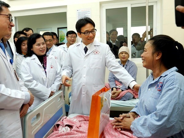 Deputy PM presents gifts to cancer patients, staff in Hospital K hinh anh 1