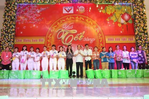 Ho Chi Minh City leaders share pre-Tet joy with workers hinh anh 1