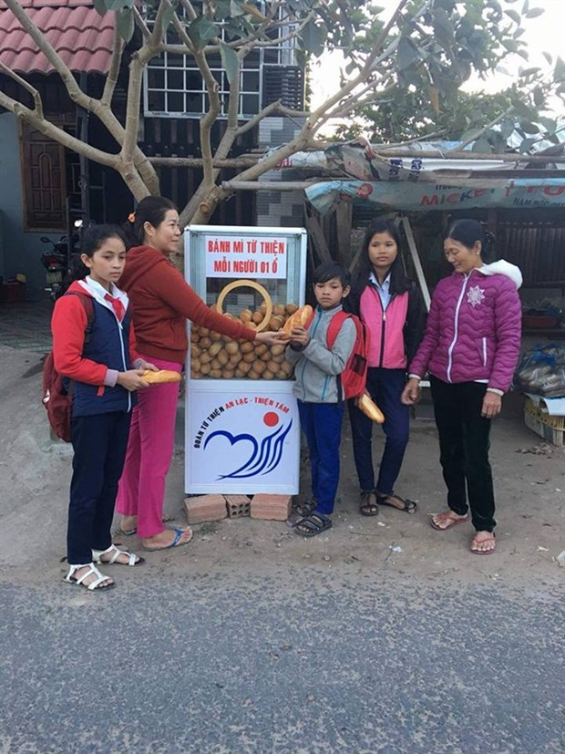 Free banh mi, clothes warm hearts in Kon Tum hinh anh 1
