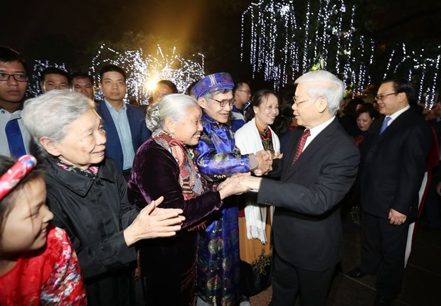 Party chief welcomes New Year with Hanoi's residents hinh anh 1