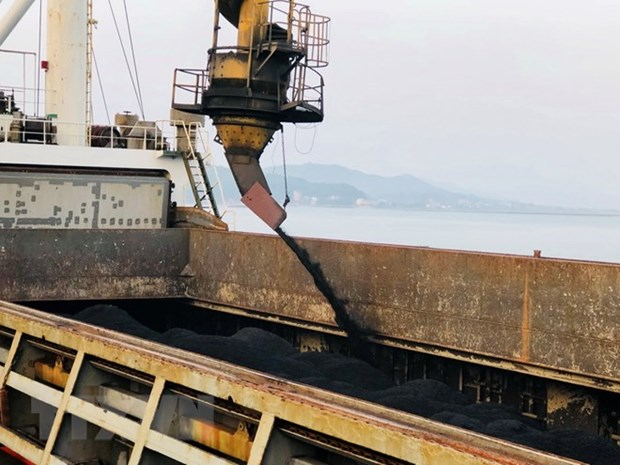 Cam Pha port handles first tonnes of coal on New Year day hinh anh 1