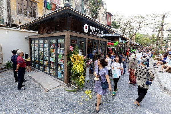 Spring book street opens in Hanoi hinh anh 1
