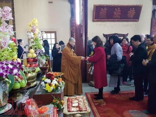 Overseas Vietnamese in France keep Tet traditions alive hinh anh 1