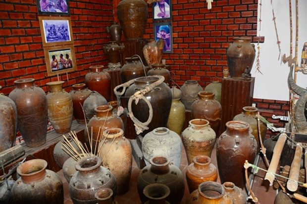Retired police officer scours country for Tay Nguyen artefacts hinh anh 3