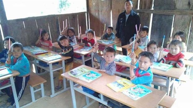Male teachers stay the course on a difficult road hinh anh 1