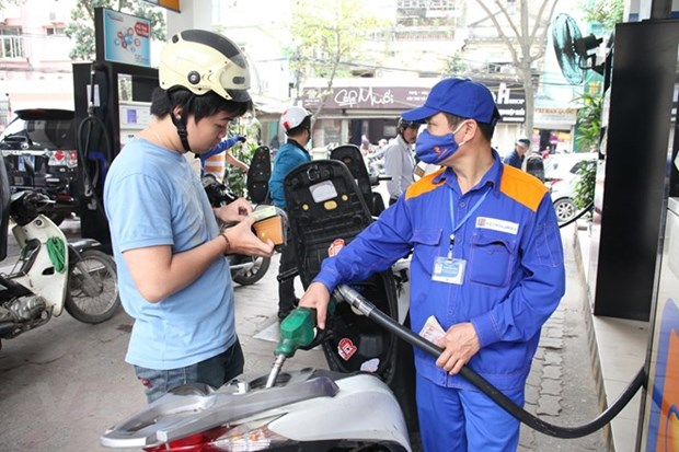 RON 95 petrol price drops by 400 VND per litre hinh anh 1