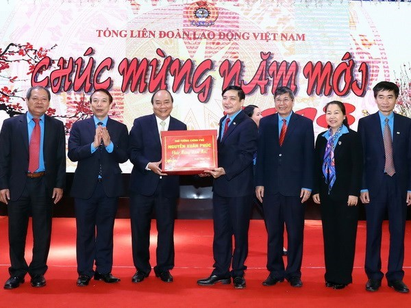 PM lauds workers' contributions to national development hinh anh 1