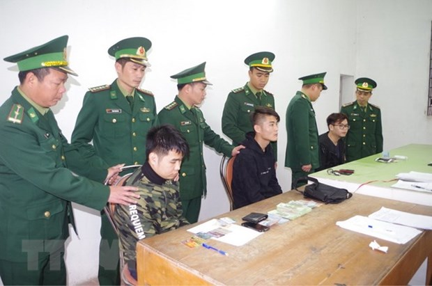 Three Chinese men detained for using fake ATM cards hinh anh 1