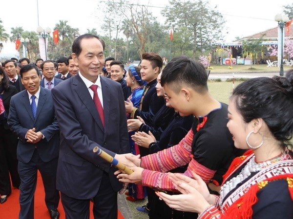 President launches spring festival in ethnic cultural village hinh anh 1
