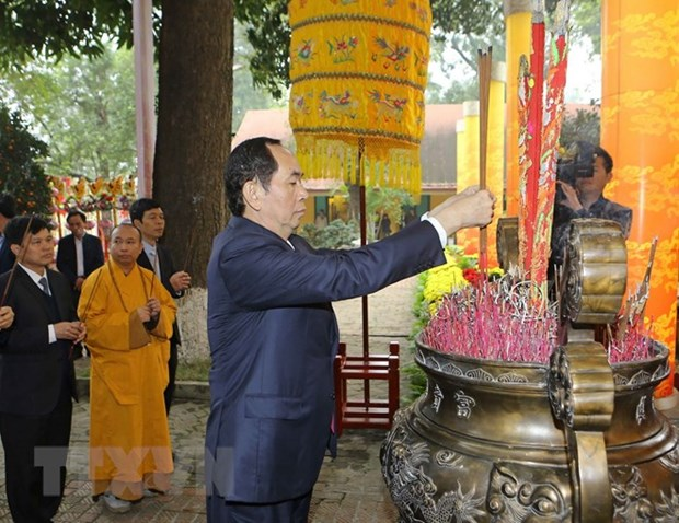 President offers incense at spring festival in Thang Long citadel hinh anh 1